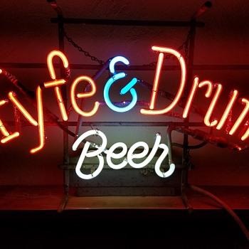Fyfe & Drum neon