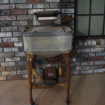 1932 Maytag electric washing machine - Kitchen