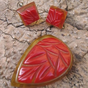 Red with applejuice bakelite clip & earrings - Costume Jewelry
