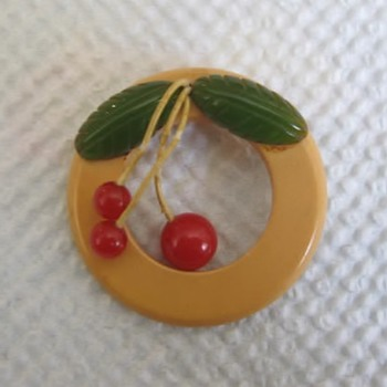 Bakelite pin needs TLC - Costume Jewelry