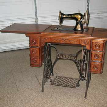 Singer Sewing machine in original Cabinet - Sewing