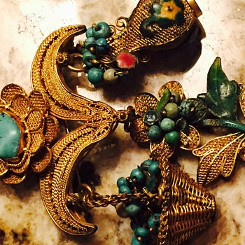 Amazingly detailed pin - Costume Jewelry