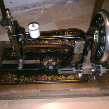 la reine/reina hand cranked sewing machine