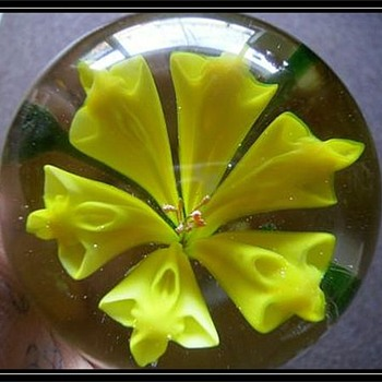 CHINESE - Art Glass Paperweight ( Yellow Flower )