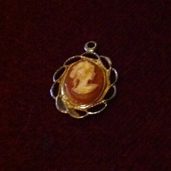 Antique/Vintage small Cameo Pendant - Costume Jewelry