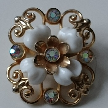 Vintage Coro brooch  in gold tone metall,  aurora borealis rhinestones and white enamel