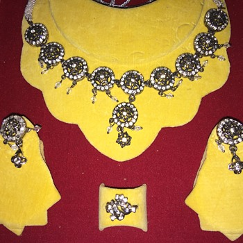 Gaudy paste jewelry set in case