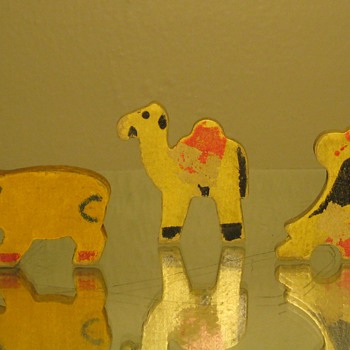 ANIMAL TOY PUZZLE PIECES 85-90 YEARS OLD  - Games