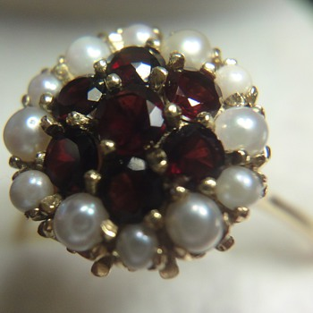 Garnet and pearl 18ct gold ring