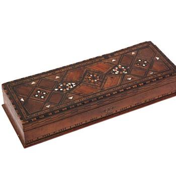 boîte à gants en marqueterie de nacre.  fin XIXe