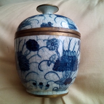 Chinese, pretty lidded pot - Art Pottery