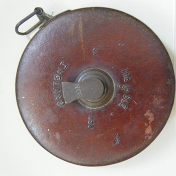 ENGLISH Antique retractable tape measure with a brown leather case+ brass winder  hm'ed TREBLE