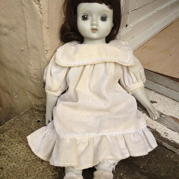 Bisque pot musical doll