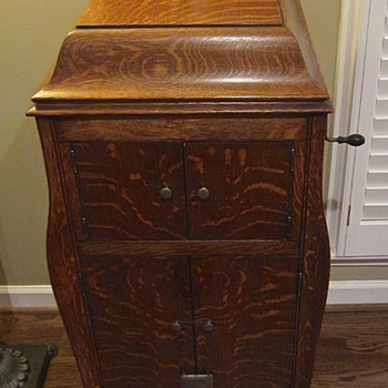 Victrola Tiger striped oak veneer finish 1921 - Records