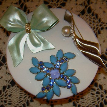Unsigned Brooches - Costume Jewelry