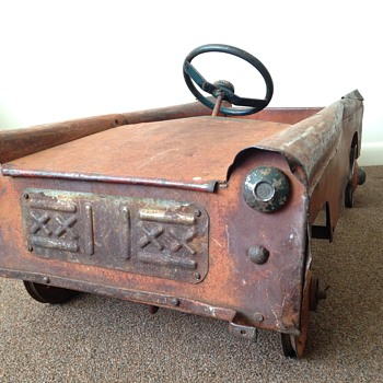 1930s Rusted Pedal Car - can you help me identify the make?
