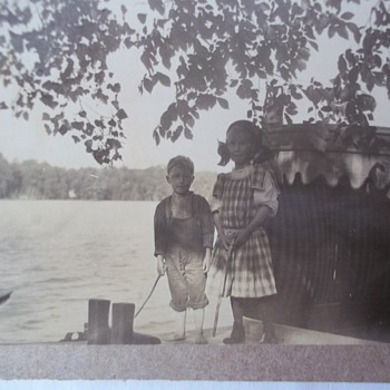 REAL PHOTO POSTCARD, KIDS / HOUSEBOAT? c' 1912-1914) Enlarge