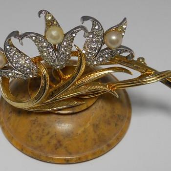 Avon Brooch, Modern, Circa 20 Century - Costume Jewelry