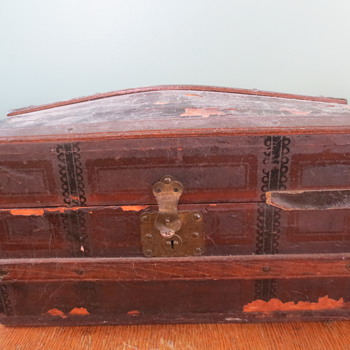 Childs travelling trunk - Furniture
