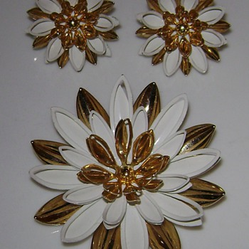 Sarah Coventry Brooch and Earrings - Water Lily - Costume Jewelry
