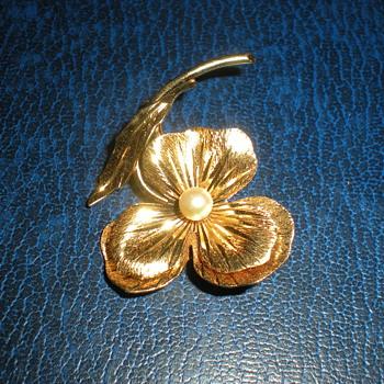 Pearl flower brooch.