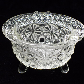 L E SMITH ~ CLEAR GLASS DAISY & BUTTON KETTLE ASHTRAY