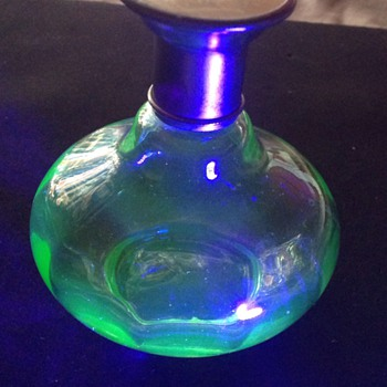 Scent bottle, uranium glass. - Bottles