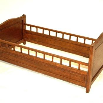 grand lit de poupée en bois - debutXXe