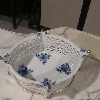 Echt Kobalt Reticulated Porcelain Basket. Gilt Gold Bottom Edges and Finial Ball Toppers - Art Pottery