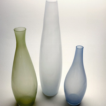 Three vases in colored underlay - Gunnar Nylund Strombergshyttan 1956-57. - Art Glass