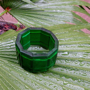 Green resin plastic stretch bracelet - Costume Jewelry