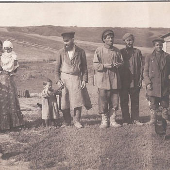 A Group Of Russian Peasants And Children - Photographs