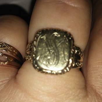 8K yellow gold monogrammed ring