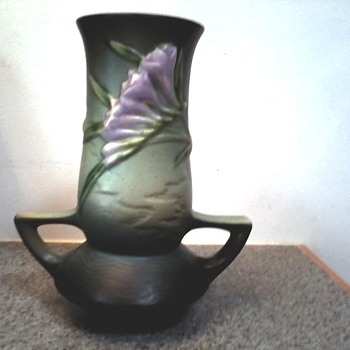 "Roseville ""Freesia"" Vase 119-7 in Tropical Green / Circa 1945 - Art Pottery"