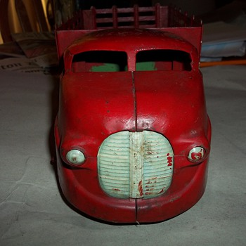 VINTAGE PRESSED TIN TRUCK - Model Cars