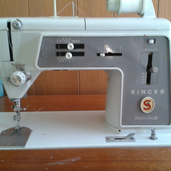Vintage Singer 600 Sewing Machine in wood desk cabinet