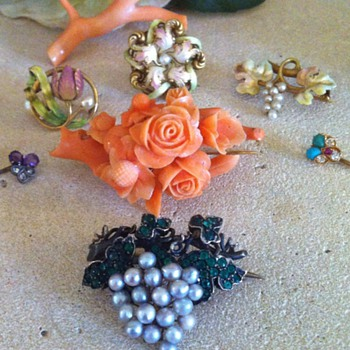 Some flowers and grapes to wait for warm days! - Fine Jewelry