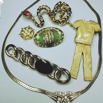 Lots of Vintage jewelery  - Costume Jewelry