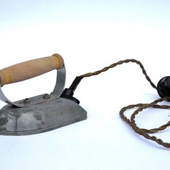 fer a repasser electrique de petite fille vers 1930