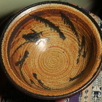 A beautiful bowl with an illegible signature... - Art Pottery