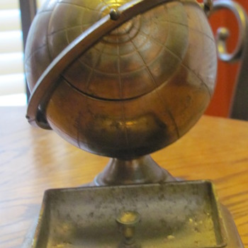 copper and brass globe ash tray - Tobacciana