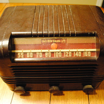 1946 RCA Bakelite Radio - Radios