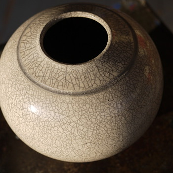 White Raku Round Vse - Art Pottery