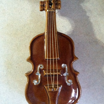 McCoy Violin Wallpocket - 50&#039;s - Art Pottery