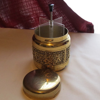 Vintage pop-up cigarette dispenser - engraved. Brass?
