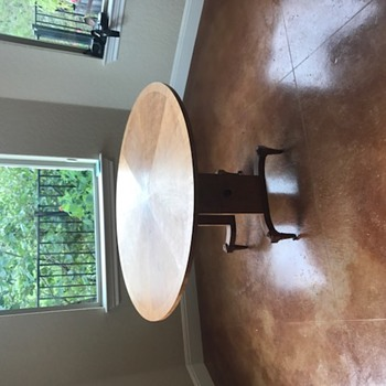 Round collapsing table