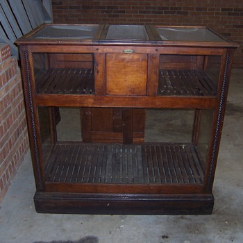 ANTIQUE CIGAR HUMIDOR DISPLAY CASE