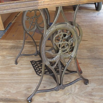 Singer sewing machine base - Era?