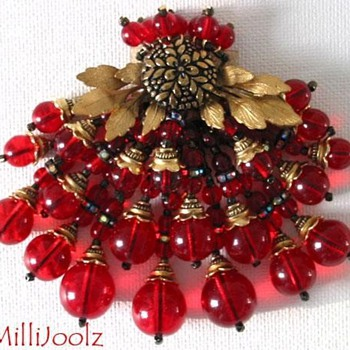 A dress clip in a vintage design. - Costume Jewelry