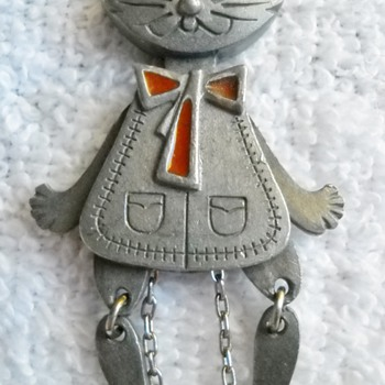 MOVABLE CAT PENDANT FROM ENGLAND